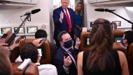 Donald Trump spricht am Donnerstag an Bord der Air Force One zu Journalisten auf dem Rückweg von Wisconsin nach Washigton.