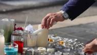 Trauernde zünden Ende Oktober in Nizza Kerzen für die Opfer des Messerangriffs vor der Notre-Dame-Basilika an