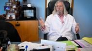 Hoffnung für Millionen: Didier Raoult in seinem Büro.