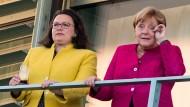 Andrea Nahles (links) und Angela Merkel stehen vor dem Koalitionsausschuss am 26. Juni 2018 auf einem Balkon des Bundeskanzleramts.