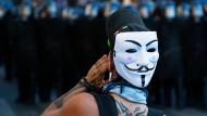 Ein Demonstrant ruft am Samstag in Paris in Richtung der Polizisten.