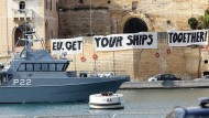 Aktivisten haben in Vittoriosa ein Banner ausgebreitet.