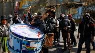 Indigene Musiker aus den Anden an einer Straßenblockade von Morales- Anhängern in El Alto, einem Außenbezirk von La Paz