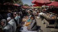 Afghanische Männer knien im September 2021 vor einer Moschee in Kundus.