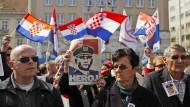 In der kroatischen Hauptstadt Zagreb fordern Demonstranten im April 2011 die Freilassung des ehemaligen Generals Ante Gotovina, der wegen Kriegsverbrechen an Serben in Den Haag vor Gericht steht.