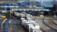 Handelspakt beschlossen:  Lastwagen vor dem Check-in-Terminal am Hafen von Dover
