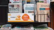 Zeitungen an einem Stand in Hongkong im November 2015