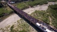 Großer Andrang auf der Simon-Bolivar-Brücke an der Grenze zwischen Venezuela und Kolumbien: Zu Fuß geht es noch ins Nachbarland. (Aufnahme vom 10. Januar 2019)