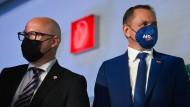 Oliver Kirchner (links), Spitzenkandidat der AfD für die Landtagswahl in Sachsen-Anhalt, und Tino Chrupalla, Bundessprecher der AfD, am Sonntag in Magdeburg