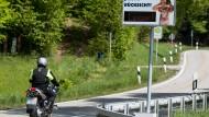 Anzeigen sollen pädagogisch auf Motorradfahrer wirken.