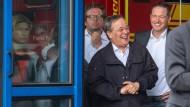Armin Laschet (CDU), Ministerpräsident von Nordrhein-Westfalen, lacht am Samstag in Erftstadt während Bundespräsident Frank-Walter Steinmeier (nicht im Bild) ein Pressestatement gibt.