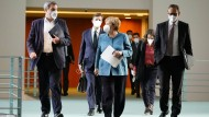Bundeskanzlerin Angela Merkel (CDU, Mitte), der bayerische Ministerpräsident und CSU-Vorsitzende Markus Söder (CSU, links) und Michael Müller (rechts, SPD), Regierender Bürgermeister von Berlin, am Montag nach dem Impfgipfel im Kanzleramt in Berlin