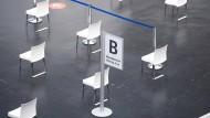 Stühle stehen im Wartebereich des Impfzentrums in der Frankfurter Festhalle