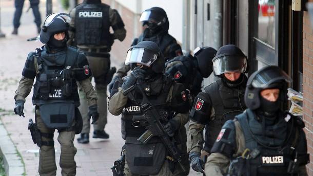 © dpa Abschluss monatelanger Ermittlungen: Spezialkräfte der Polizei in Hildesheim