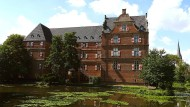 Wasserschloss Bedburg: In diesem prachtvoll restaurierten Gebäude mit seinen rot-weißen Fensterläden saß Peter Stubbe ein.