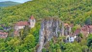 Hier bleiben nicht nur Felsen stehen, sondern auch die Zeit: Saint-Cirq-Lapopie, eines von über 35.000 Dörfern in Frankreich
