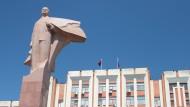 Tiraspol, die Hauptstadt Transnistriens: Vor dem gewaltigen Palast der Republik wacht Revolutionsführer Lenin mit wehendem Mantel auf einer Stele.