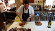 Morgens geschlachtet, mittags im Ofen: Je frischer das Spanferkel, desto delikater sein Fleisch.