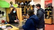 """Tübingen in Alsfeld: """"Erst testen, dann shoppen"""" in einem Hutgeschäft zur Freude beider Seiten"""