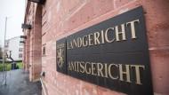 Das Landgericht Hanau hat einen 58-jährigen Mann zu zwei Jahren Haft auf Bewährung verurteilt.