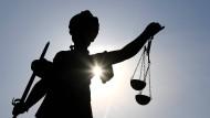 Mordprozess: Zwei Männer und eine Frau müssen sich vor Gericht verantworten.