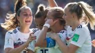 Die Verbindung wird gehalten: Für Torschützin Alexandra Popp (Zweite von rechts) und das deutsche Team geht es im Viertelfinale weiter.
