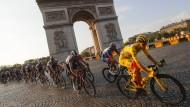 Im Gelben Trikot am Triumphbogen: Tadej Pogacar