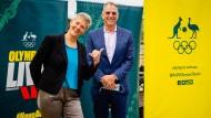 Natalie Cook (links) und Mark Stockwell von der Olympia-Bewerbung freuen sich über die Vergabe an Brisbane.
