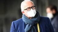 Hätte besser den Mundschutz auch in der Sitzung getragen: DFB-Präsident Keller.