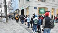 Kunden warten auf die Öffnung der Geschäfte in Wien: An den Finanzmärkten wird befürchtet, dass die hohen Sparvermögen Konsum und Inflation anheizen.