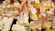 Ob in Deutschland oder Frankreich: Die Käsetheke ist aktuell weniger begehrt.