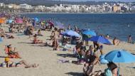 Während Lokale an Partymeilen auf Mallorca geschlossen wurden, sind die Strände weiter offen.