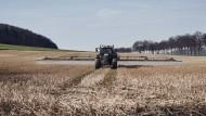 Ein Traktor bringt Glyphosat aus.