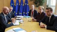 Am Rande des EU-Gipfels sprechen Angela Merkel und Emmanuel Macron (rechts) mit dem Ratspräsidenten Charles Michel (links).