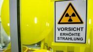 Ein Warnschild hängt an einem Fenster zu den Zerlegebereichen im Zwischenlager des Atomlager-Betreibers Energiewerke Nord.