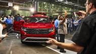 Made in America: Volkswagen-Mitarbeiter in Tennessee feiern im vergangenen Jahr die Neuauflage des sportlichen Geländewagens Atlas.