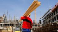 Ein polnischer Arbeiter auf einer Baustelle