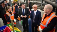 Erfolgreicher Start: Deutsche Bahn bietet Langzeitarbeitslosen neue Chance auf dem Arbeitsmarkt. Die Deutsche bahn setzt das Teilhabechancengesetz aktiv um. Bundesarbeitsminister Heil (SPD) und BA-Vorstand Terzenbach besuchen DB-Projekt.