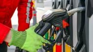 Der Ölpreis ist drastisch gefallen.