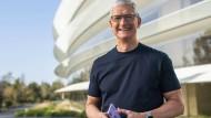 Apple-Chef Tim Cook vor der Konzenzentrale in Cupertino: Hierhin möchte er möglichst viele Mitarbeiter nach Abebben der Pandemie locken.