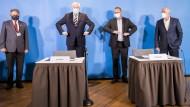 Nach der Einigung am Sonntag: Horst Seehofer und Frank Werneke (Zweiter von rechts) mit dem Lüneburger Oberbürgermeister (Mägde) und dem dbb-Vorsitzenden Silberbach