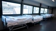 Die Kliniken sollen nicht länger alle die gleiche Pauschale für Betten bekommen, die sie für Covid-19-Patienten freihalten