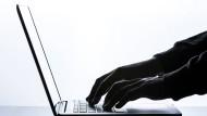Ein Mann tippt auf einer Tastatur eines Laptops. Laut einem Medienbericht waren bei der Autovermietung Buchbinder wegen eines Fehlers Kundendaten im Internet zugänglich.