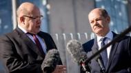 Wirtschaftsminister Peter Altmaier (CDU) und Finanzminister Olaf Scholz (rechts, SPD) sprechen vor dem Bundeskanzleramt zu den geplanten Hilfen für die deutsche Start-up-Branche.