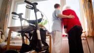 Mit den neuen Regelungen würde Spahn wesentliche Teile seiner schon im März vorgelegten Pläne für eine Pflegereform umsetzen.