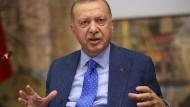 Präsident Erdogan erklärt sich gegenüber Journalisten.