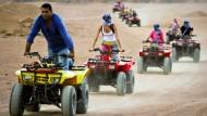 Beliebte Touristenattraktion: Mit dem Quad durch die Wüste in Ägypten
