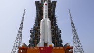 """Eine Trägerraket von Typ """"Langer Marsch 5B-Y2e"""" steht startbereit auf dem Weltraumbahnhof  Wenchuan. An Bord ist das Basismodul der Raumstation """"Tiangong""""."""