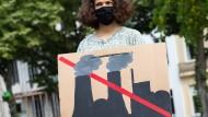 Kohle und Pandemie – eine gefährliche Mischung, die von  einer Demonstrantin für Fridays for Future in Hamburg präsentiert wurde.