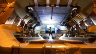 Blick ins Innere des LHCb-Detektors. Zu sehen ist der gewaltige Magnet, der die geladenen Reaktionsprodukte in Richtung Detektor lenkt.